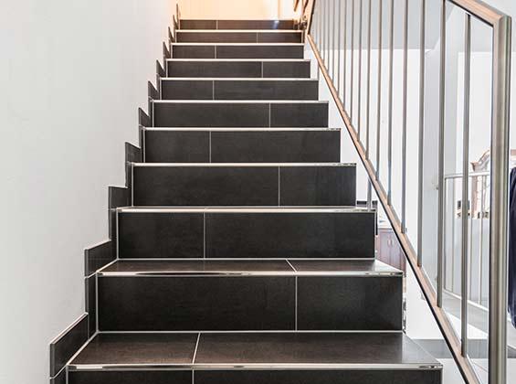 geflieste treppen treppenstufen in feinsteinzeug fliesenlegen mit system. Black Bedroom Furniture Sets. Home Design Ideas